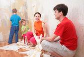 Familia hace interrupción en la eliminación de viejos de papeles pintados — Foto de Stock