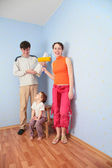 Parents with daughter in room after repair — Stockfoto