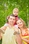 Son sits on shoulders at father in park — Stock Photo