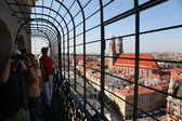 Tourists on a balcony look at Munich — Stockfoto