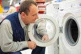 Man ser på tvättmaskin i butik — Stockfoto