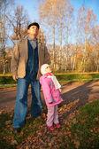 Abuelo con nieta stand en parque en otoño y mira hacia arriba — Foto de Stock