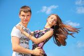 Menino e menina se abraçam — Fotografia Stock