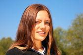 Jonge schoonheid meisje in park — Stockfoto