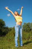 Chica levanta las manos en el parque — Foto de Stock
