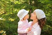 Madre sostiene a hija en manos — Foto de Stock