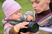 母亲抱着婴儿用相机 — 图库照片