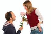 Man ger blommor till kvinna — Stockfoto