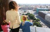 Mamma och två barn ser på st.petersburg — Stockfoto