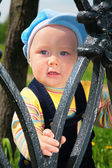 Child from metal fence — Stockfoto