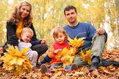 Familie mit gelben ahorn blätter im wald im herbst — Stockfoto