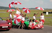 Paddock-girls with umbrellas on a racing line — Stock Photo