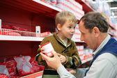 Großvater und enkel wählen sie konfitüre im lebensmittel-shop — Stockfoto