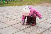 Child writes on road — Stock Photo