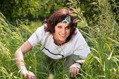 年轻的棕发女人在草丛中 — 图库照片