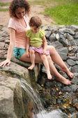 Matka s dcerou pohled na malý vodopád — Stock fotografie