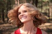 Junge lächelnde blondine im wald — Stockfoto