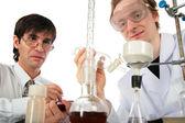 化学装置を持つ 2 つの科学者 — ストック写真