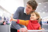 Father with child in shop — Foto Stock