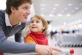Padre e figlia in negozio — Foto Stock