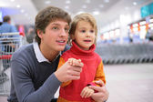 Father and daughter in supermarket — Stock Photo