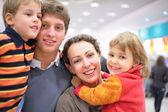 Familia en tienda — Foto de Stock