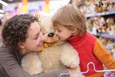 Matka z córką i zabawki miękkie — Zdjęcie stockowe