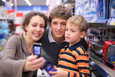 Family is photographed in shop — 图库照片