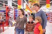 Familj i snabbköp — Stockfoto