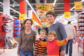 Parents with children in supermarket — Stockfoto