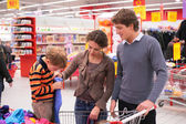 Father and mother with son in supermarket — Stok fotoğraf