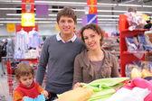 Familie kiezen stof in winkel — Stockfoto