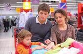 Familie kiezen linnen in winkel — Stockfoto
