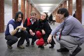 Grupa młodych przyjaciół na stacji metra — Zdjęcie stockowe