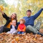 familj i höst park — Stockfoto