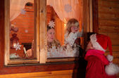 Mother with daughter behind window look at father in suit of S — Stock fotografie