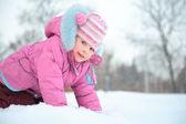 Liten flicka på snö — Stockfoto