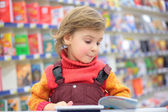 Little girl in bookshop — Foto Stock
