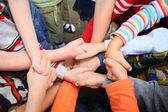 Kinderen hebben gekruist handen — Stockfoto