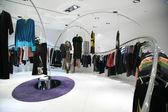 Shop mit kleidung auf kleiderbügeln — Stockfoto