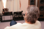 Man listens music from turntable — ストック写真