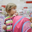 Little girl in supermarket alone — Stok fotoğraf