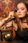 Mujer con un vestido marrón — Foto de Stock