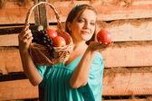 Vrouw in een turquoise jurk — Stockfoto