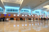 Airport interior hall with reflection on floor general view — Stock Photo