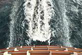 Gemi güverte ve dalgalar ve köpük ile iz yukarıdaki okyanus görünümünde — Stok fotoğraf
