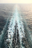 Ship trail with waves and foam in ocean general view on horizon — Foto de Stock