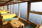 Kanepeler ve yakın cruise liner penceresinde tablolar ile dinlenme odası — Stok fotoğraf