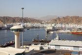 Spedizione ancorare vicino vista generale sulle montagne dalla nave giorno d'estate — Foto Stock