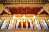 在阿曼豪华的内饰与拱门和枝形吊灯大清真寺 — 图库照片